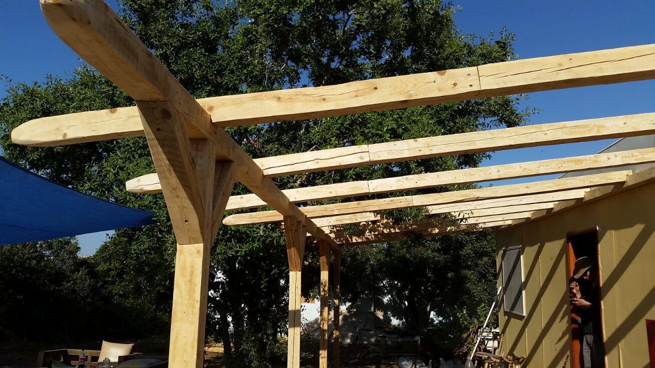 בניית פרגולה מעץ ממוחזר
